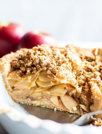 Apple crumb pie in a white dish.