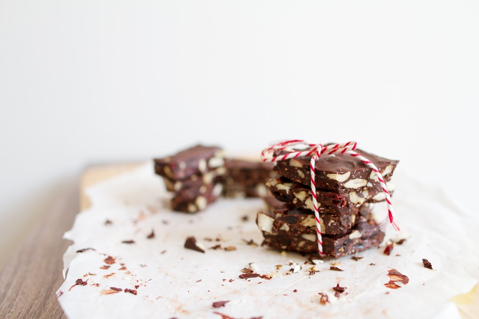 Fudge cut up on a plate with a holiday bow.